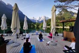 Jutranja joga na alpski plaži v Jasna Chalet Resortu